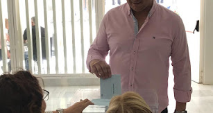 El alcalde de Macael y candidato popular votando ayer.