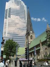 Photo: Caminando por el centro, se ven los contrastes de las iglesias viajas y los edicios nuevos