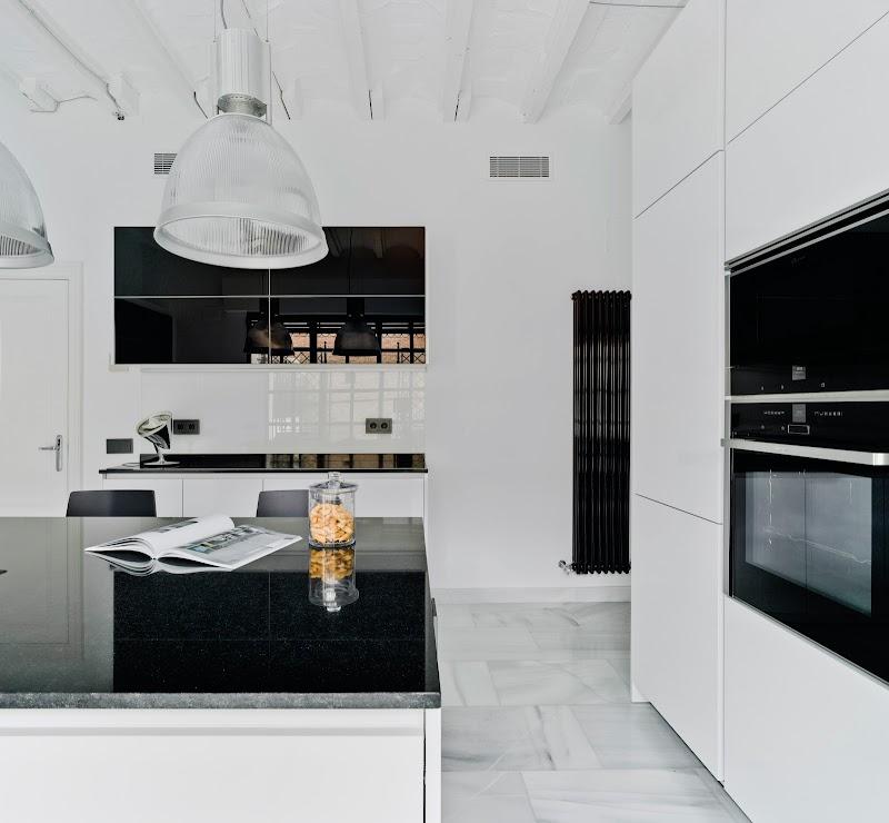 Cocina con abundante luz natural en el barrio de Salamanca, Madrid