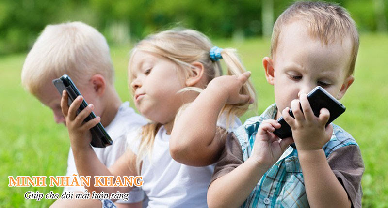 Trẻ bị đục thủy tinh thể cần hạn chế xem điện thoại, tivi
