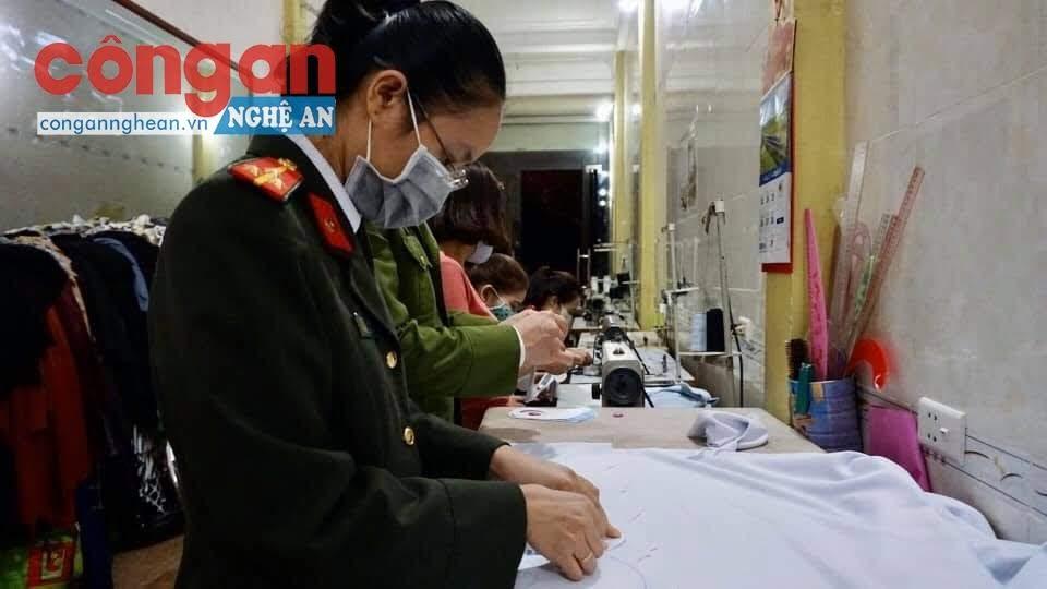 Các đoàn viên, hội viên Công an huyện Anh Sơn cùng các nữ doanh nghiệp, tiểu thương miệt mài may khẩu trang vải để tặng cho các em học sinh trên địa bàn.