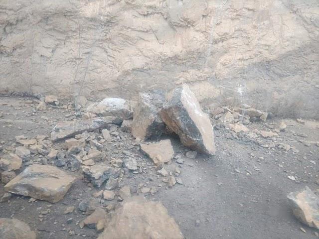Rocas desprendidas en la carretera de El Cañarete hoy lunes, a las 15,15 horas.