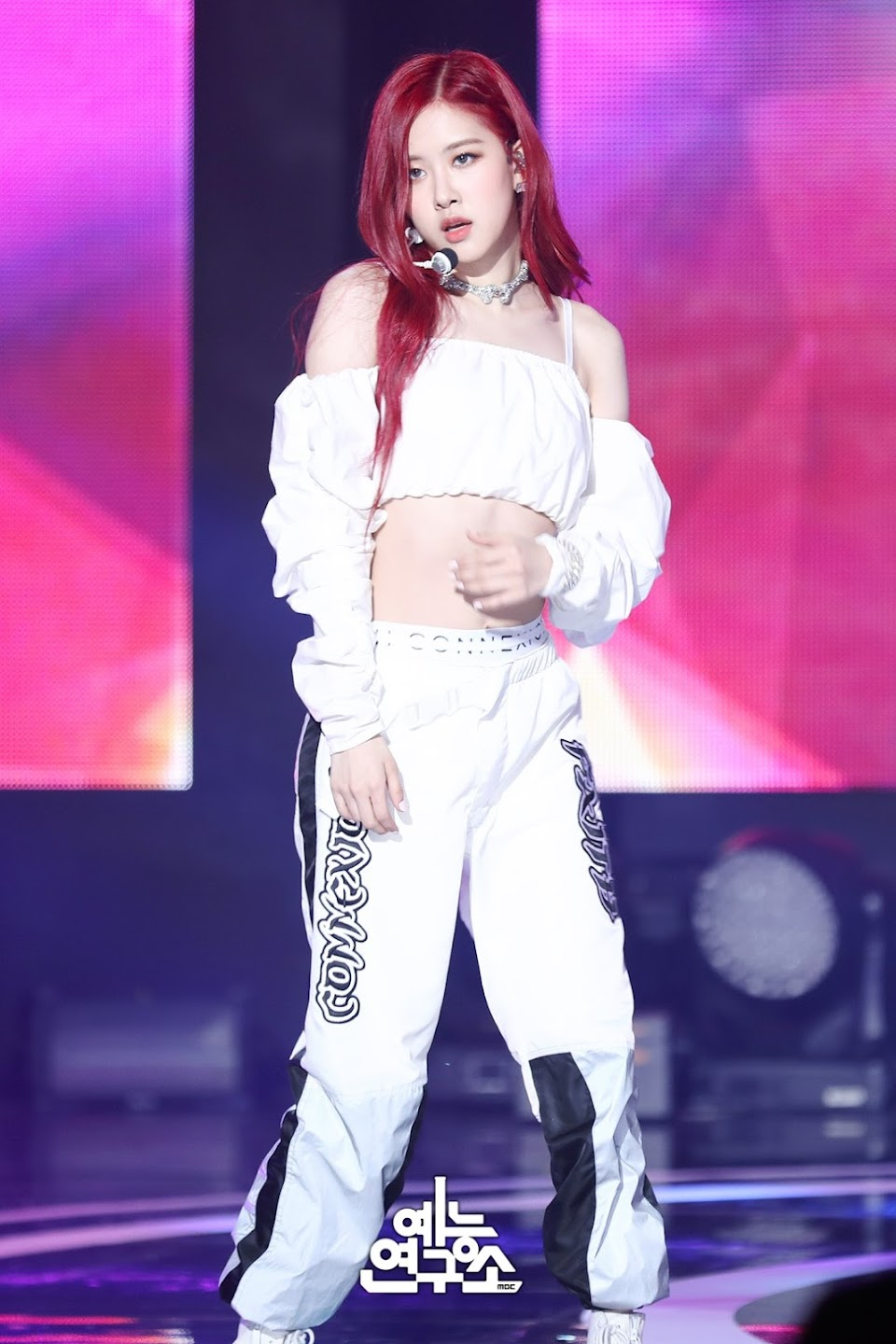 BLACKPINK-Rose-MBC-Music-Core-white-outfit-30-June-2018-photo-4
