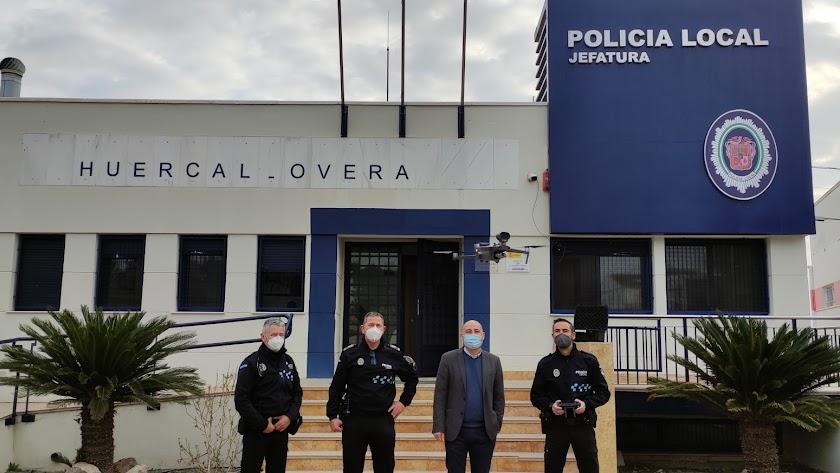 Agentes de la Policía Local con el alcalde de Huércal-Overa.