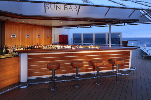 koningsdam-Sun-Bar.jpg - Grab a cocktail and soak in the views on deck from the Sun Bar on ms Koningsdam.