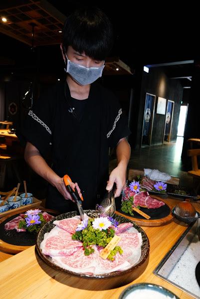 這次選和牛的近江牛肋眼,本來很想跟服務人員說肉不用剪,就原塊切片的大小就好,但是似乎比鍋子大。吊鍋很特別,缺點是跟對面說話要閃到一邊才能面對面