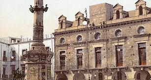 Imagen antigua del Ayuntamiento con el monumento.