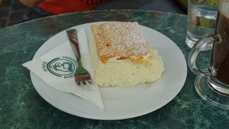 Ruszwurm-krémes ( The Ruszwurm Cream Pastry)這項匈牙利傳統甜點,內餡原是蛋黃卡士達醬加上打發蛋白調成,Ruszwurm將蛋白霜改成打發鮮奶油,所以...吃起來就跟看起來一樣邪惡...有機會的話推薦大家來吃吃看