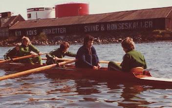 Photo: 1975 Juniorfirer. Morten Larsen, Tom Gregersen, Steen Mouritsen, træner Flemming Bøg Jørgensen og styrmand Per Christensen. Fotograf og manglende roer: Peter Müller.