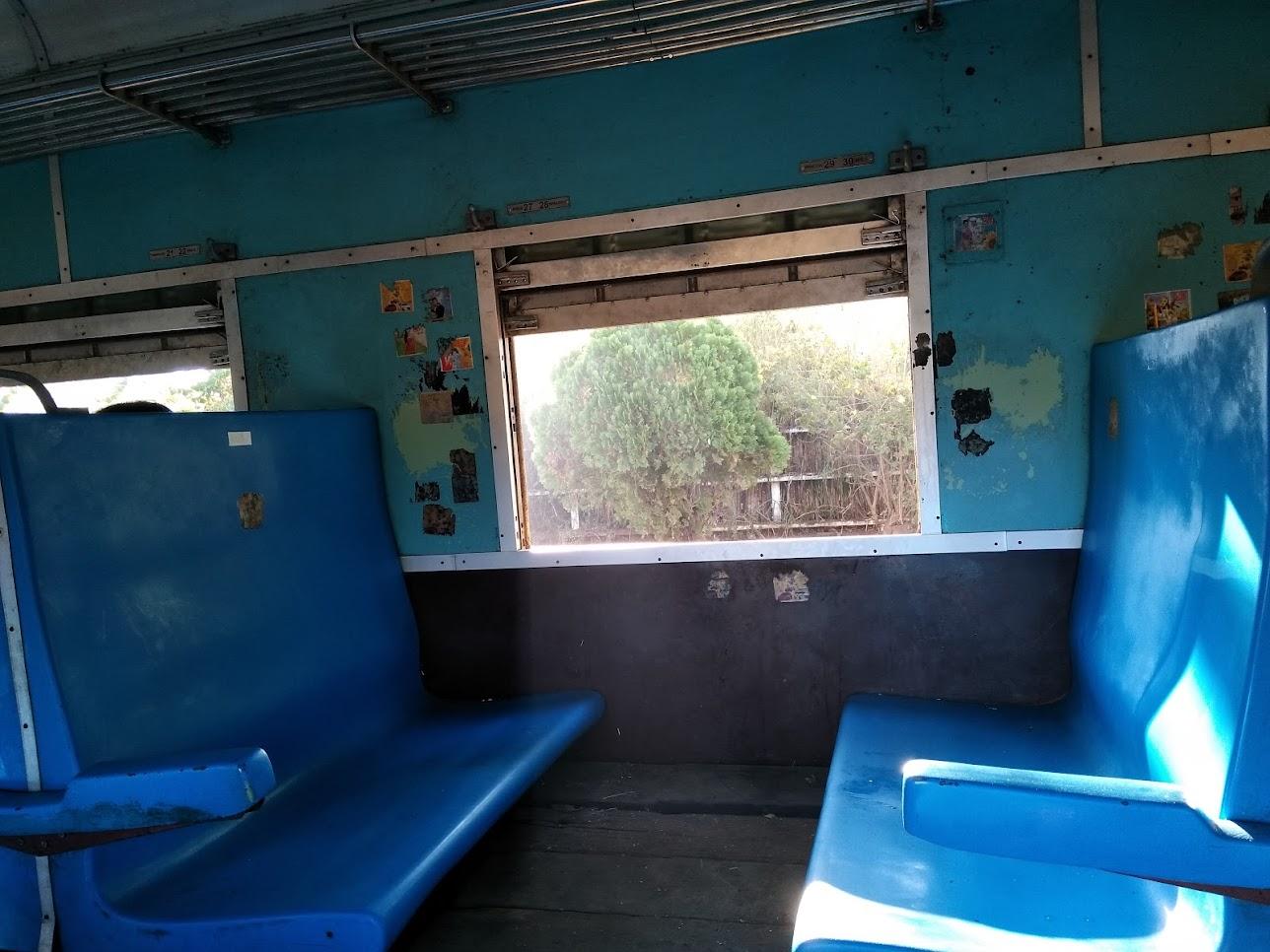 電車内の青い椅子