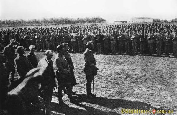 Присяга новобранців з вишколу Січових стрільців. Староконстянтинів, жовтень 1919 року. Попереду — головний отаман Симон Петлюра, у другому ряді ліворуч — полковник Євген Коновалець