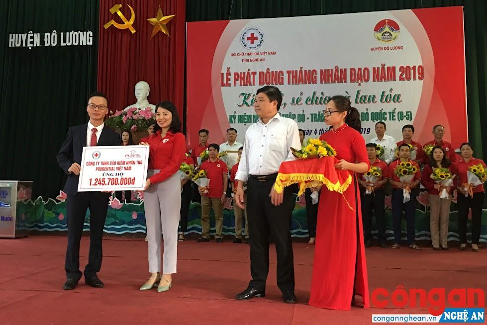 Ông Hoàng Đình Tuấn, Phó Trưởng Ban Dân vận Tỉnh ủy và bà Nguyễn Lương Hồng, Chủ tịch Hội Chữ thập đỏ tỉnh tiếp nhận ủng hộ