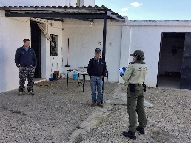 Los agentes de medio ambiente cuidan y asesoran durante la alarma por coronavirus a personas que viven aisladas en el campo