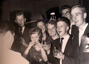 Photo: Marchienus Jobing, Seichien Oosting, Lammie Enting, Geertje Lanjouw, Geert Niemeijer, Jans Sijbring en Riekus Hadderingh Links caféhouder Jan Ratering