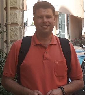 Homem de camisa vermelha  Descrição gerada automaticamente