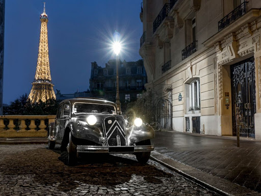 Ballade dans Paris la nuit en voiture ancienne