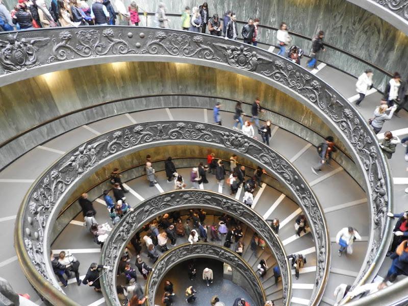 Gente in movimento elicoidale. di claudio_sposetti