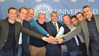 Firma del convenio en la UAL con los alcaldes de los pueblos (izq) y foto de archivo del pueblo de Alcóntar (dcha).