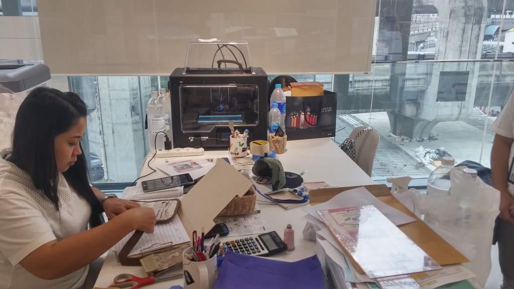 3D-принтер Flashforge находится рядом с более традиционными инструментами крафтинга. Фото: Наоми Ву