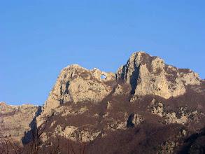 Photo: La Luna sta per superare l'arco naturale del monte Forato