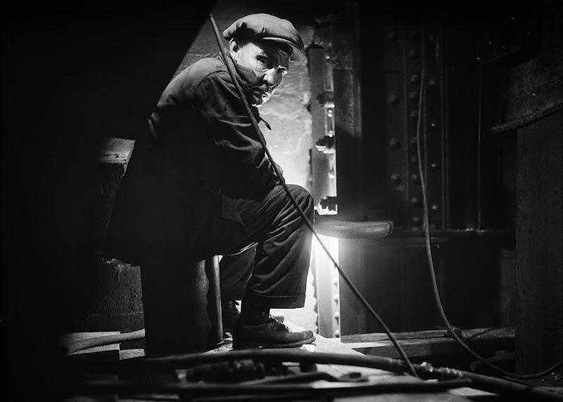 Photo: A worker on the Brooklyn Bridge, on November 19, 1928. (Eugene de Salignac/Courtesy NYC Municipal Archives)