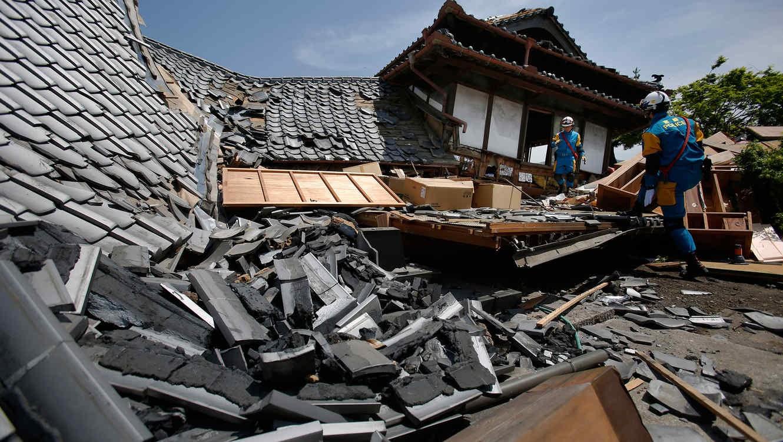 personal de rescate en japón ayudando