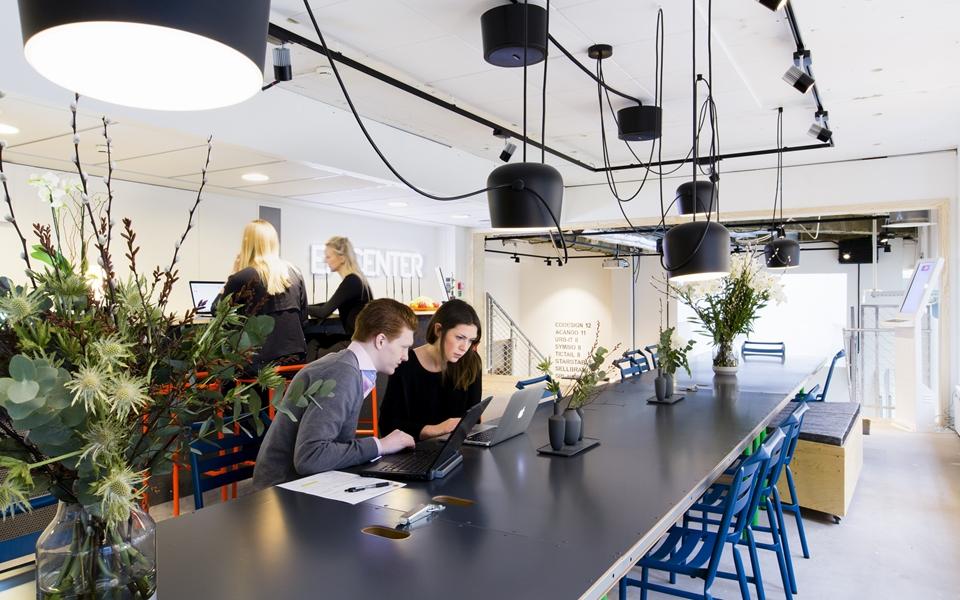 cafétéria d'entreprise servant d'espace de travail