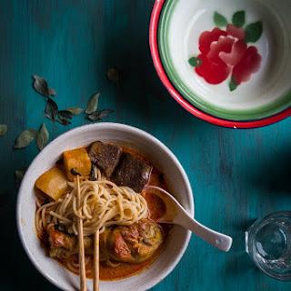 Kari ayam (Indonesian red curry chicken).