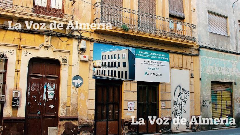 Aspecto  actual del edificio de la calle de Granada donde estuvo el bar 'La Oficina'.