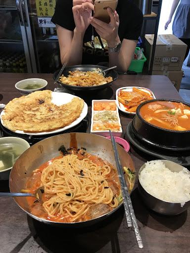 韓式冷拌麵   這是一道我非常喜歡的一家店,  不止平價;  味道也非常不錯。  每次拜訪這家店,  必點韓式涼拌麵(有分70圓/150圓),  麵條不一樣,  70圓(黃色麵條)/150圓(傳統韓式