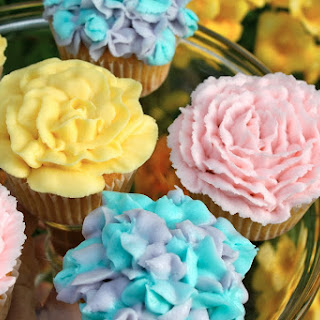 How to Decorate Flower Cupcakes.