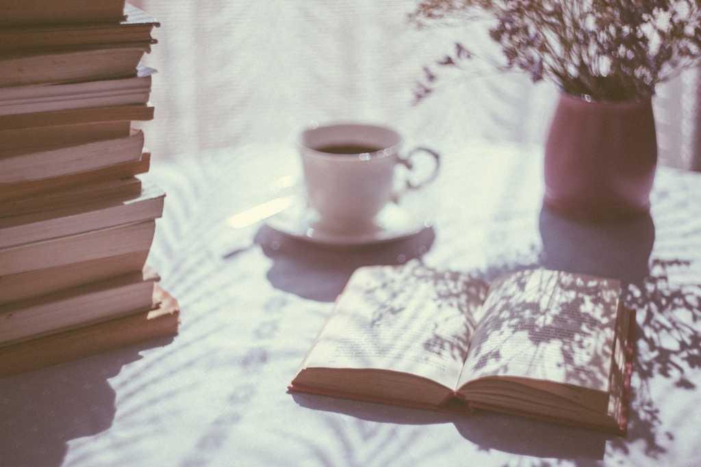 Talvez esteja seja o maior símbolo de estar no presente: a leitura. Quem tem o hábito de leitura neste mundo conturbado ainda consegue fugir e se concentrar no agora.