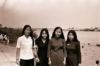 Photo: Từ trái sang:Nguyễn thị Ánh / Nguyễn thị Bích Thuỷ/ Hồng/ Nguyễn kim Dung (CN2)