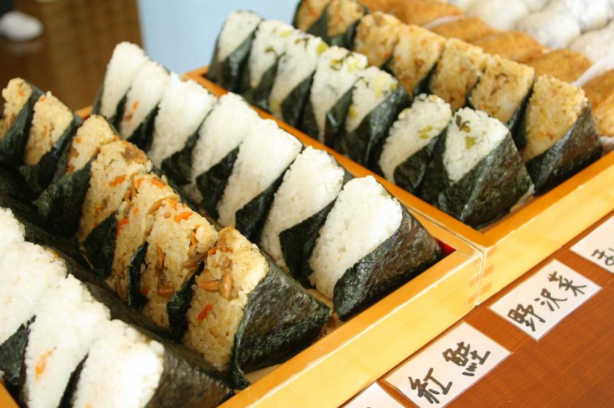 Onigiri, bola de arroz rellena o mezclada con otros ingredientes.