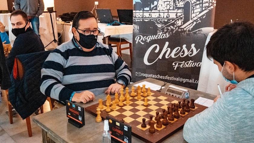 José Juan Rubí demostrando sus dotes de ajedrecista.