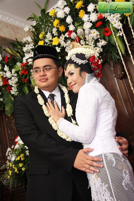 Pengantin akad nikah dengan hijab dan paes