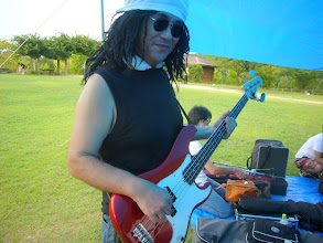 Photo: おっさんバンドの吉田さん。手近にあったものらしい(^_^;)