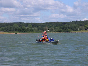 Photo: mit schäumender Bugwelle pflügt Niklas durch den Rhederlaag See