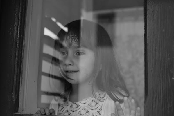 guardando se fuori piove  dal riflesso di una finestra  di robertavermi