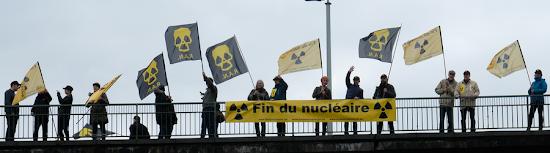 Anti-Atom-Aktive mit Fahnen und Transparent «Fin du Nucléaire».