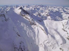 Photo: Hautes Pyrénées au sud de Cauteret et à l'ouest de Gavarnie: vision aérienne sur la face Est du Vignemale couverte par le Glacier d'Ossoue. A droite la Hourquette d'Ossoue dominant le refuge de Beysselance (point au milieu du champ de neige).