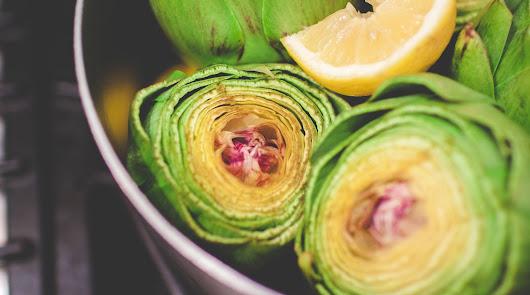 Ensalada de alcachofas y anchoas y lubina con patata asada, menú para el viernes