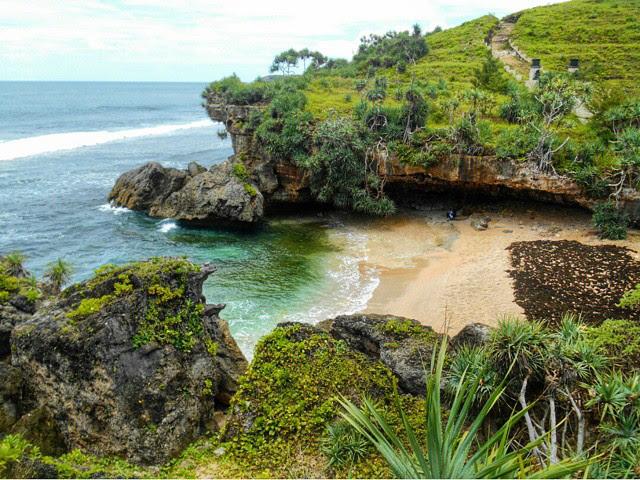 Pantai Lolang - Pantai di Gunungkidul, Yogyakarta by @tofikrozaq