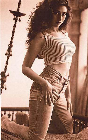 Karishma Kapoor in jeans, Karishma Kapoor navel