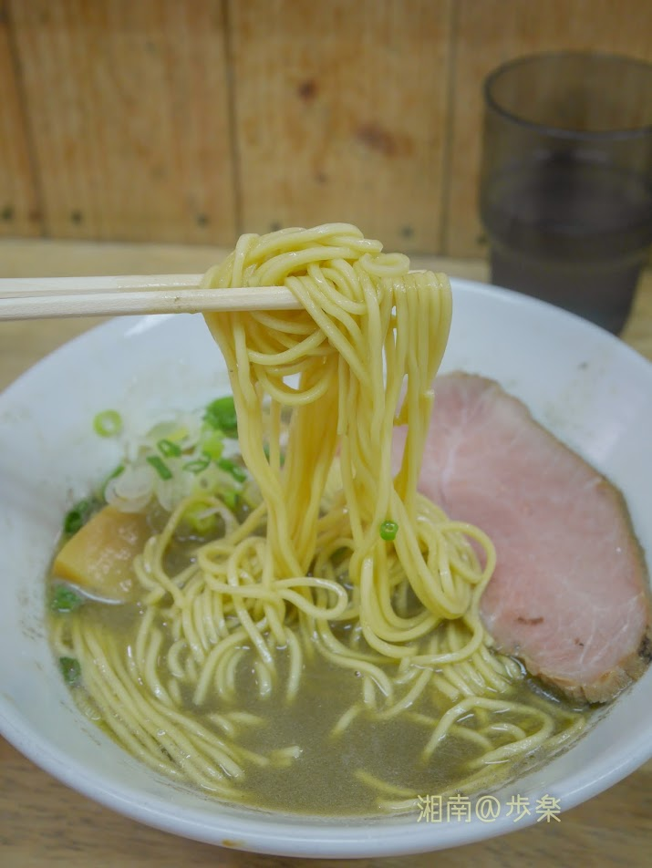 らーめんまつや 増税前 煮干しそば@750 緑色に輝く中華そば 自家製麺が旨い