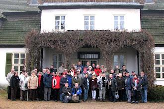 Photo: Uczestnicy Zlotu przed zabytkowym dworem - Muzeum Ziemi Średzkiej w Koszutach