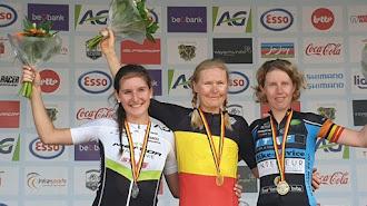 La campeona luce el maillot con la bandaera de Bélgica.