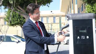 El alcalde de El Ejido, Francisco Góngora, comprobando el funcionamiento de la actual estación existente.