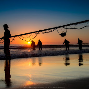 People facing the sea by Paulo Mendonça - People Group/Corporate