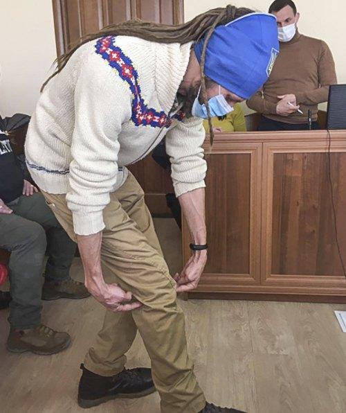 Євген Гарагуля показує вхідне і вихідне поранення внаслідок пострілу з перехрестя Володимирської і Великої Житомирської вночі 19.02.2014